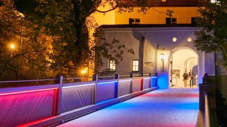 Die Schlossbrücke kann in den Stadt- oder anderen Farben beleuchtet werden. Dieses und andere architektonische Details machen den Charme aus. Allerdings können sich viele die Mieten nicht leisten.