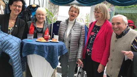 Barbara Hintermair (links) organisierte das erste Modefrühstück in ihrem Wintergarten in Ried und freute sich mit Sigrid Priscu, Irmgard Singer-Prochatzka, Brigitta Leinauer und Günter Schäftlein. Foto: Sabine Roth