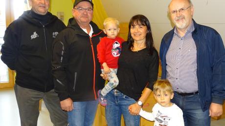 Der MCC spendet für den Steindorfer Kindergarten: (von links) Klaus Regler, Roland Fencl, Manuela Pohr mit Kindern und Bürgermeister Paul Wecker.