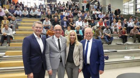 Glückliche Gesichter nach der Wahl zum Landratskandidaten (von links): Kreisvorsitzender Peter Tomaschko, Landrat Klaus Metzger mit seiner Frau Birgit und stellvertretender Landrat Manfred Losinger.