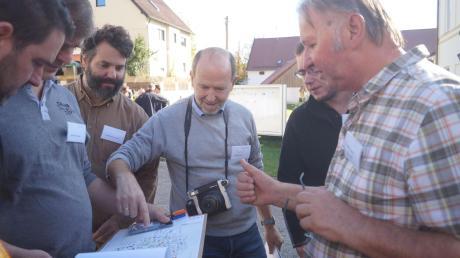 Ortsplan und Polaroidkamera waren beim Rundgang der einzelnen Arbeitsgruppen durch Baindlkirch stets griffbereit.