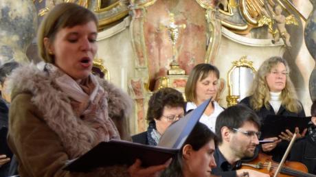 Vanessa Fasoli singt ein jubelndes Laudate Dominum beim Kirchweihkonzert in Steindorf.