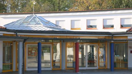 Die Meringer Grundschule an der Amberieustraße braucht mehr Platz. Weil eine Erweiterung dauert, werden nun für viel Geld Module aufgestellt.