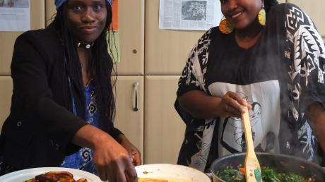 Vereinsvorsitzende Maureen Lermer (links) und ihre Freundin Delauris aus den USA bereiteten eine afrikanische Fusion aus Spinat zu.
