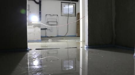 Noch am Mittwoch stand das Wasser in dem Keller, obwohl die Feuerwehr schon am Samstag den größten Teil abgepumpt hatte. Der Estrich weist starke Beschädigungen auf, auch die darunter liegende Fußbodenheizung wurde womöglich in Mitleidenschaft gezogen.