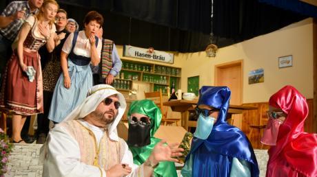 """Die Tegernbrunner bestaunen den """"Scheich"""" (Andreas Seidel) und sein Gefolge (Anna Seidel, Anna Giggenbach und Lena Häckl)in der Aufführng der Theaterfreunde Ried."""