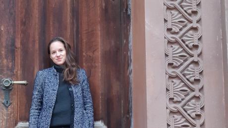 Alexandra Steiner kennt Friedberg aus ihrer Jugend. Das Foto entstand an der Kirche St. Jakob, in der Steiner als Kind bei Messen spielte.