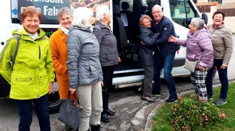 """""""Hilfestellung beim Aussteigen"""" will gelernt sein. Die Rieder Damen genießen den Service des Bürgerbusses und Ehrenamts-Fahrer Willi Schönhärl, der die Damen zur Strick- und Spielerunde nach Baindlkirch brachte, ebenso."""