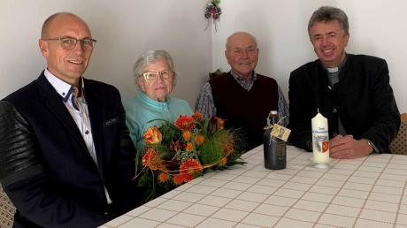 Gratulation zur diamantenen Hochzeit: (von links) Bürgermeister Erwin Gerstlacher, Rosina und Josef Näßl, Pfarrer Anton Brandstetter.