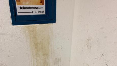 Gebliche Verfärbungen zieren die Wand im Eingangsbereich der Schlossmühle.