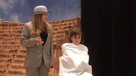 Momo lässt sich von den Grauen Herren nicht unterkriegen. Der Kinderbuchklassiker wird auf der Hennaberger Bühne gespielt.