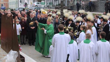 Weihbischof Anton Losinger segnete die aus Cortenstahl gefertigte Silhouette des Schlern, ddie die Völser den Friedberger zum Partnerschaftsjubiläum schenkten.