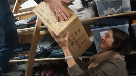 Vor allem bei schweren Kisten ist Marlene Weiß froh um die Unterstützung von Majieb Bader El Din im Kissinger Kleiderladen.