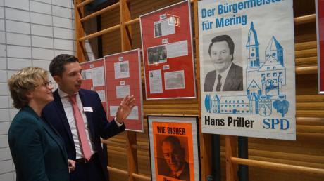Eine Sprossenwand voller Erinnerungen. SPD-Bürgermeisterkandidat Stefan Hummel mit Festrednerin Natascha Kohnen vor den historischen Wahlplakaten aus Mering