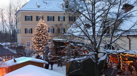Besonders stimmungsvoll erstrahlt das Gut Mergenthau zur Waldweihnacht, wenn Schnee liegt. Nach dem aktuellen Wetterbericht ist das auch in diesem Jahr nicht ausgeschlossen.