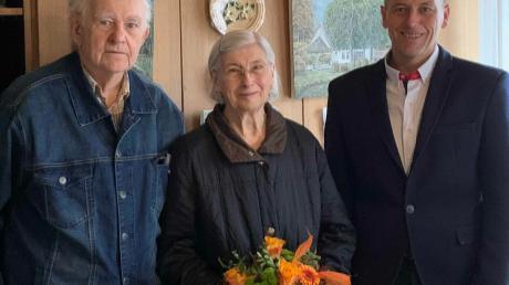 Zur Eisernen Hochzeit gratulierte Erwin Gerstlacher dem Ehepaar Karolina und Stefan Schmidt.