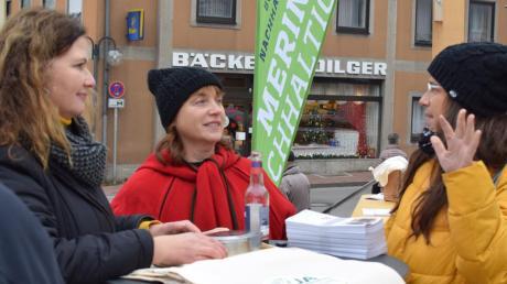 Johanna Tremmel (links) von der Kommunalen Abfallwirtschaft Aichach-Friedberg diskutiert mit Ute Schübele-Weber vom Bund-Naturschutz und Hobby-Designerin Beatrix Engel über neue Mode aus alten Kleidungsstücken.