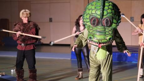 """Vergangenes Jahr zeigten die Bewegungskünstler den Kampf gegen einen gefährlichen Drachen. Für das diesjährige Winterschauturnen haben sie eine Choreographie zur Musik des Musicals """"Phantom der Oper"""" einstudiert."""