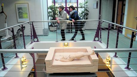 Der Lichthof im Kissinger Rathaus bietet die perfekte Kulisse für Kunstwerke wie Christian Richters Lindenholzskulptur Couching.
