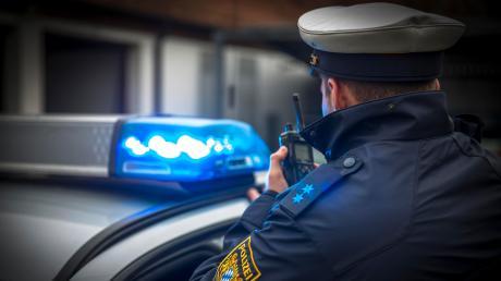 Die Polizei sucht nach einem Mann, der eine Frau in der Innenstadt in Augsburg sexuell bedrängt haben soll.