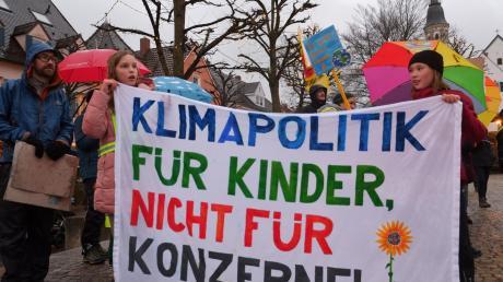 200 Personen gingen in Mering auf die Straße, um einen besseren Schutz vor der Erderwärmung zu fordern.