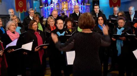 Im Griff hat Dirigentin Marina Osipova den Liederkranz Mering beim Benefizkonzert in Kissing.