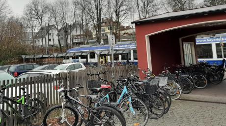Auf dem kleinen Parkplatz am Bahnhof nahe dem Durchgang zu den Zügen will die Stadt Friedberg ein Toilettenhäuschen aufstellen.