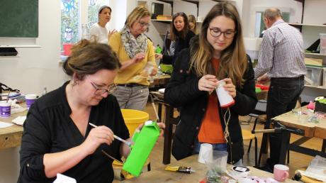 Bei einem Upcycling-Kurs von Volkshochschule und Landratsamt bastelten die Teilnehmer in Friedberg Vogelhäuschen aus Milchkartons und Kaffeebechern.