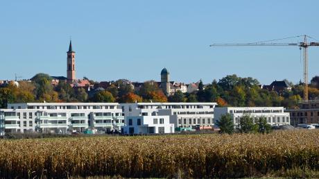 Die weißen Gebäude in der Afrastraße hat ein privater Investor gebaut, rechts daneben entstehen derzeit 67 von der Stadt geförderte städtische Wohnungen für über 20 Millionen Euro. Das veränderte Stadtbild von Süden aus kritisieren manche Bürger.