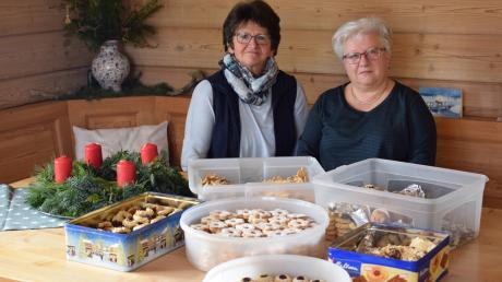 """Gaby Mayr (links) und Margot Hofmann (rechts) haben 20 Jahre lang das """"Hofer Kipferlbacken"""" organisiert. Nun suchen sie eine Nachfolgerin oder einen Nachfolger."""