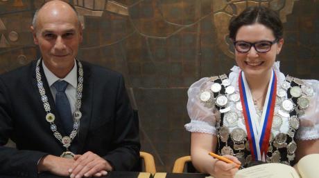 Stolz auf beiden Seiten: Die zweifache Europameisterin Sabrina Eckert freut sich genauso wie Bürgermeister Reinhard Gürtner über den Eintrag ins Goldene Buch der Gemeinde Kissing.
