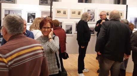 """Die Ausstellung """"Drei Generationen Friedberger Fotografie"""" in der Archivgalerie stieß bei der Vernissage auf großes Interesse."""