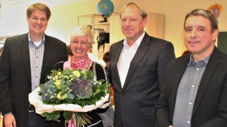 Gudrun Keller-Buchheit wurde nach 27-jähriger Tätigkeit als Geschäftsführerin des Kinderheimvereins mit viel Lob verabschiedet. Unter anderem von Pater Steffen Brühl (links) sowie den Vorständen Günther Riebel und Joachim Spannagl (rechts).Foto: Otmar Selder