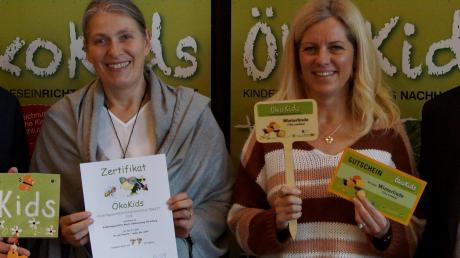 Kita-Leiterin Silvia Reisländer (links) und ihre Kollegin Tanja Steigenberger präsentieren nach der Preisverleihung stolz die Urkunden.