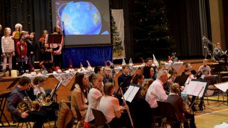 Die Schüler der Musikschule Friedberg gaben in der Max-Kreitmayr-Halle ein Konzert zur Einstimmung auf die Weihnachtszeit.