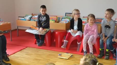 """Aufmerksam lauschten die Kinder dem syrischen Märchen """"Das goldene Ei"""", das Manuela Krämer ihnen erzählte."""