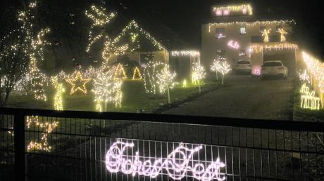 """""""Frohes Fest"""": Mit diesen Worten heißt Jessica Lakomiak aus Baindlkirch die Besucher an ihrem """"Weihnachtshaus"""" willkommen."""