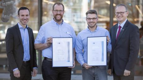 Jakub Panka gehört zu den besten Auszubildenden in Schwaben. Über seinen Erfolg freut sich Jens Walter, IHK-Regionalgeschäftsführer.
