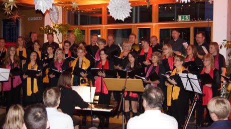 So viele Zuhörer wie noch nie begrüßte der Chor Alondra unter Leitung von Karin Wolferstetter bei der Merchinger Kerzenlichtstunde.