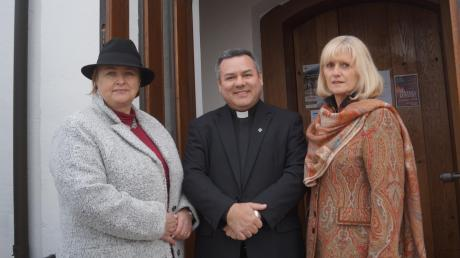 Pfarrer Alfredo Quintero freut sich mit den Organisatorinnen Susanne Schneider (links) und Ilse Metzger über den großen Erfolg des Benefizkonzerts.