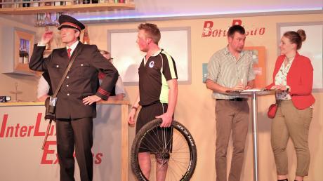 Der Radsportler (Kevin Bernhard) bekommt Schwierigkeiten mit dem Schaffner (Andreas Letzel), weil sein Fahrrad auseinandergenommen wurde. Im Hintergrund bespricht das Ganovenpärchen Korbinian Nottensteiner und Anna Ankner das weitere Vorgehen.