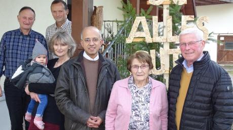 Maria Wecker (Mitte) ist 90 Jahre alt geworden. Die ersten Gratulanten waren von links die Kinder Gottfried, Klaus und Maria mit Urenkelin Emma, sowie Pfarrer Xavier und Bürgermeister Martin Walch.