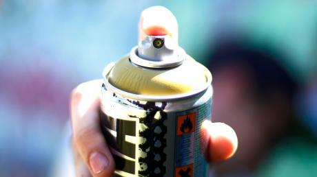 Sprayer haben in Ried mehrere Gebäude beschmiert.