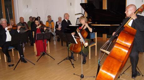 """Sie eröffneten das Jahr mit einer musikalischen Einladung zum """"Jahresball"""": (von links) Berthold Masing (Violine), Nina Karmon (Violine), Carl Graf (Flügel), Pilvi Heinonen (Violincello) und Uwe Gerster (Kontrabass)."""