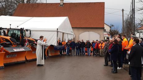 Pater Steffen Brühl weihte im Bauhof die neuen Bauhof-Fahrzeuge.