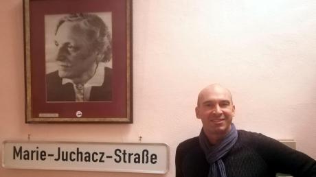 Der neue Kreisvorsitzende der AWO Thomas Muth vor dem Namensschild der AWO-Gründerin Marie Juchacz, der in einem der Kissinger Neubaugebiete auch eine Straße gewidmet wurde. Foto: Archiv Muth