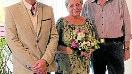 Bürgermeister Erwin Gerstlacher (links) gratulierte Anita und Fritjof Bitter zur goldenen Hochzeit.