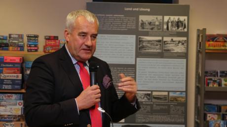 """Der Antisemitismusbeauftragte Ludwig Spaenle ermutigte Menschen bei der Eröffnung der Ausstellung """"1948"""" in Mering dazu, sich mit den historischen Fakten zur Entstehung des Staates Israel auseinanderzusetze"""