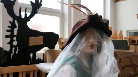 Der Bayerische Hiasl muss in Kunststoff gepackt ausharren, bis ein neuer Ort für eine Ausstellung gefunden wird.