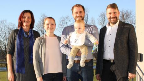 Der BC Rinnenthal begrüßt sein 900. Mitglied: (von links) Zweite Vorsitzende Renate Kigle, Mary und Benjamin Glück mit ihrem Sohn Sebastian und Vorsitzender Christian Treffler.